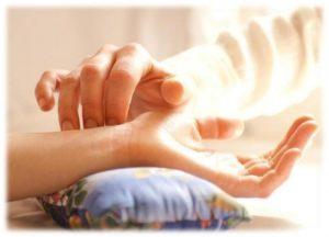 Врач нащупывает лучевую артерию и устанавливает на нее три пальца. Изменяя силу нажатия артерии доктор находится в «диалоге» с различными органами и системами организма пациента. В тибетской диагностике выделяют более 20 параметров пульса, что позволяет выявлять все болезненные состояния в организме.